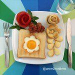 Mamãe decora ovos para o café da manhã de quatro crianças