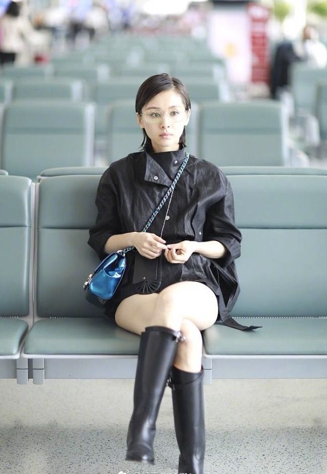 Actress Olivia Wang carried a blue mini chain bag from SHIATZY CHEN 2017SS Structured A' La Mode collection in her airport look.