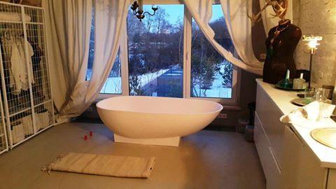 Отдельностоящая #ванна способна придать #интерьеру поистине королевский размах