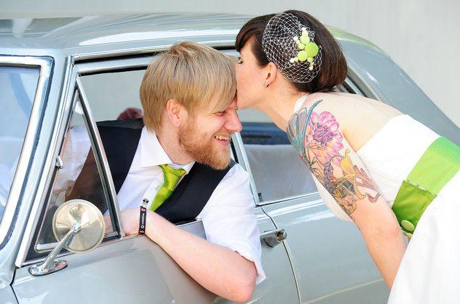 50s rock ´n roll Brautpaar mit Neckholder Petticoat Brautkleid und grünem Gürtel mit Knöpfen und kleinem Fascinator mit gelben und grünem Knöpfchen (www.noni-mode.de)