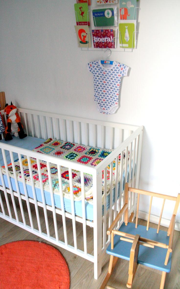 my baby room: ikea bedje, hema kaartenrekje, zeeman hemdje, granny plaid, ikea vosje, vintage paardje, ikea matje