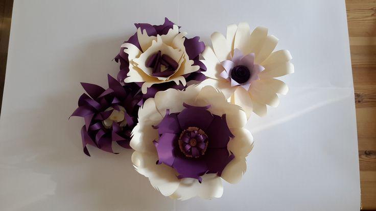 Un bouquet de fleurs de couleur prune et beige