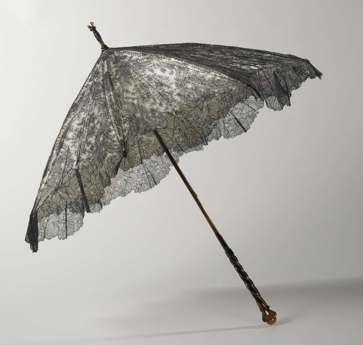 Parasol met een dek van zwarte zijden Chantillykant op een ondergrond van witte satijn, op een stok van bamboe met een imitatieschildpad knop, anoniem, Hirsch
