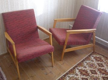 Vannak ezek a hatvanas évekbeli szocreál fotelek. Igazán nem lehet azt mondani rájuk hogy szép. Sőt, mondjuk ki nyugodtan: ezek a fotelek rondák, rusnyák, lehangolóak. Mégis, van akiknek még kell. Mert hagyaték, vagy mert tetszik a formája, esetleg mert nincs pénz újra.