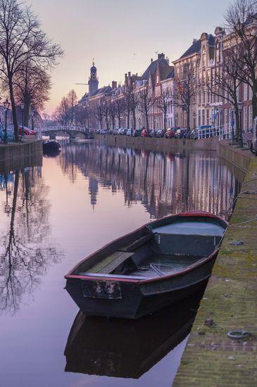 Nieuw in mijn Werk aan de Muur shop: Het Rapenburg van Leiden in het ochtendlicht