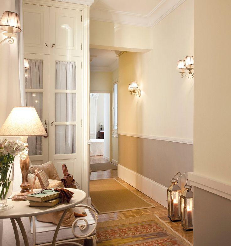 Planifica bien la iluminación La luz ambiental y cálida es la mejor para una entrada.