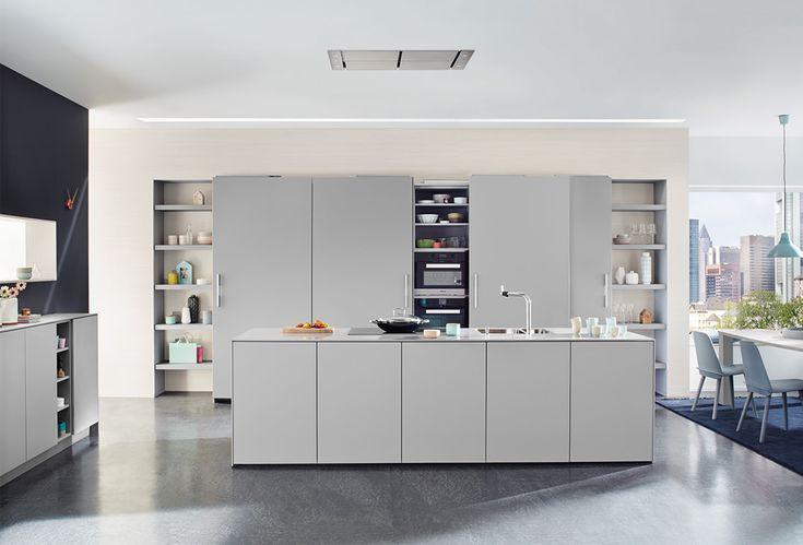 Moderne greeploze keuken met grijs kookeiland van Keukenspecialist.nl. Vraag de…
