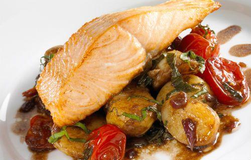 Σολομός στο φούρνο με πατάτες, ντοματάκια και αρωματικά βότανα