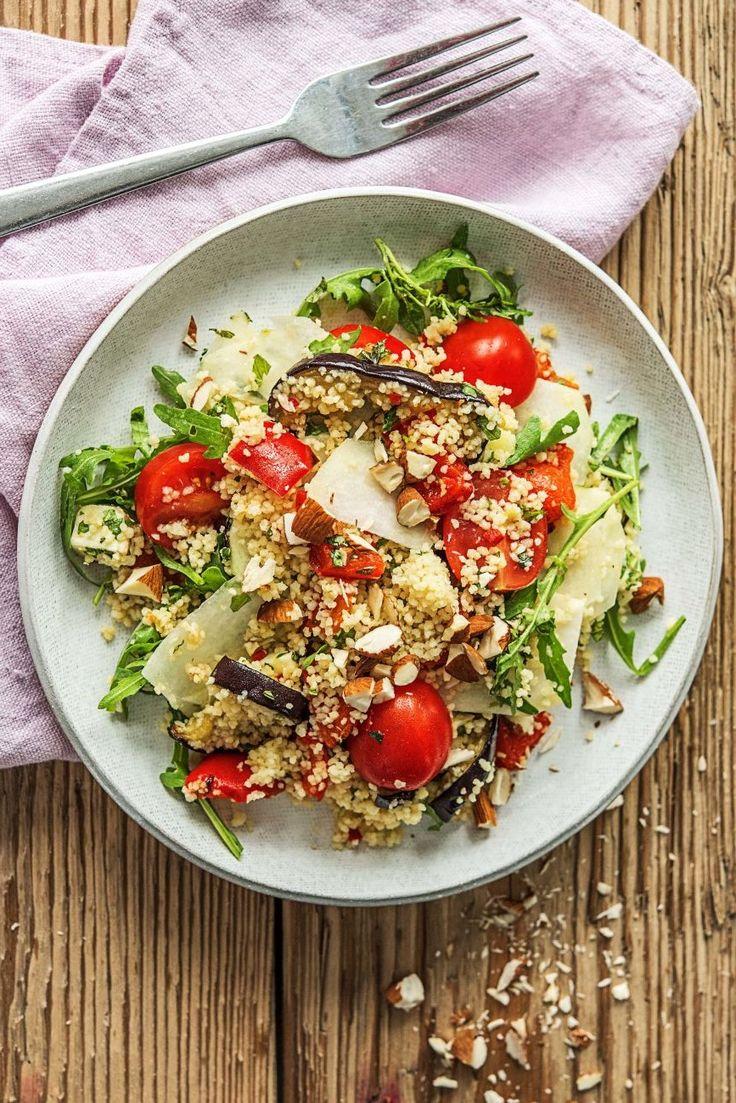 Step by Step Rezept: Bunter Couscous-Ofengemüse-Salat, mit mariniertem Mozzarella, lila Kohlrabi und Mandeln.  Vegetarisch / Veggie / Scharf / Schnell / 30 Minuten / Rucola / Paprika / Kochen / Gesund   #hellofreshde #gesund #veggie #vegetarisch #salat #couscous #diy #rezept #kochen