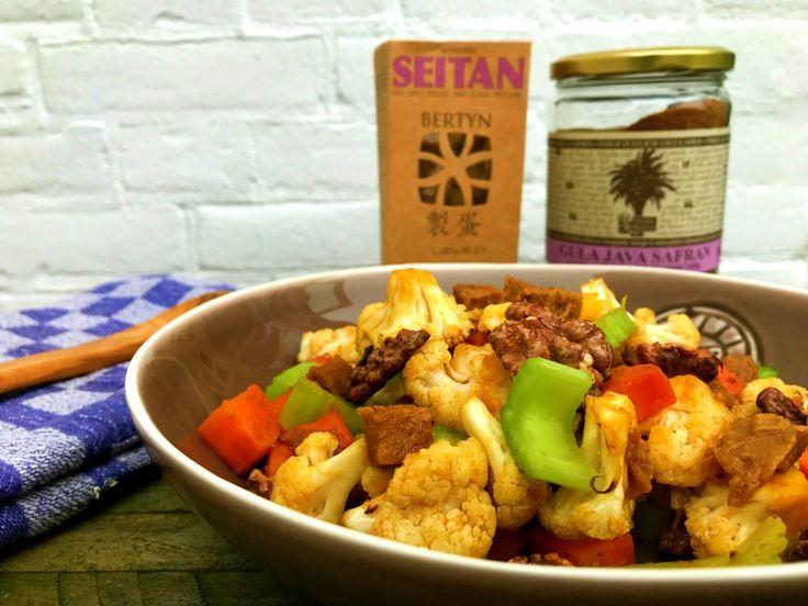 Heerlijk snel roerbak recept met spelt seitan, bloemkool, wortel, bleekselderij, walnoten, rozijnen en een verse teriyaki saus. Vegan, biologisch en gezond!