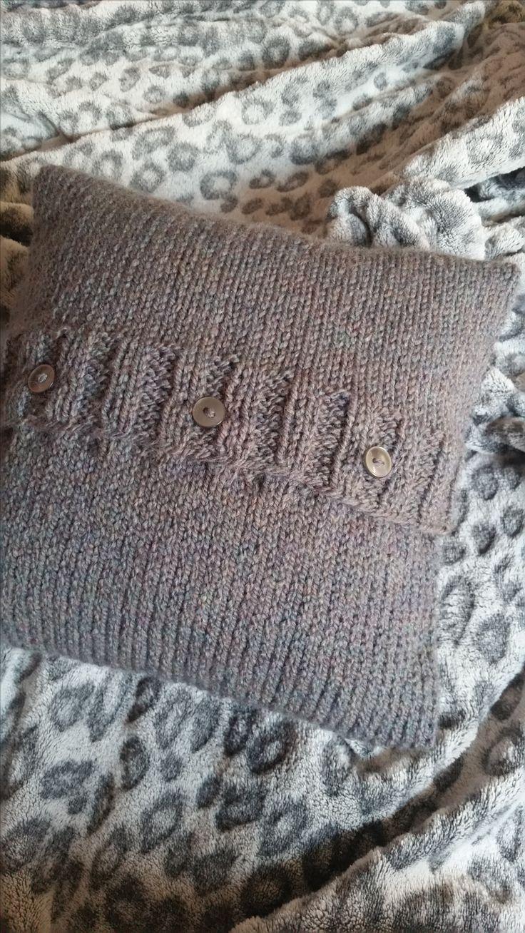 """Kissenbezug gestrickt glatt rechts in der Farbe grau und der Größe 24 x 24 cm von """"Made By EvE"""""""