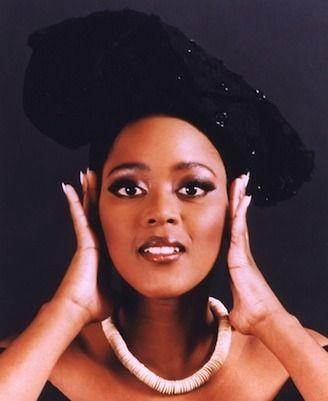 """La princesse Tsidi Le Loka est descendante en ligne maternelle du Langalibalele des AmaHlubi du Royaume du Lésotho. La Princesse Le Loka est artiste accomplie puisqu'actrice, interprète et compositrice. Elle s'est notablement distinguée dans son rôle de Rafiki dans la comédie musicale """"Le roi lion"""", jouée à Broadway."""