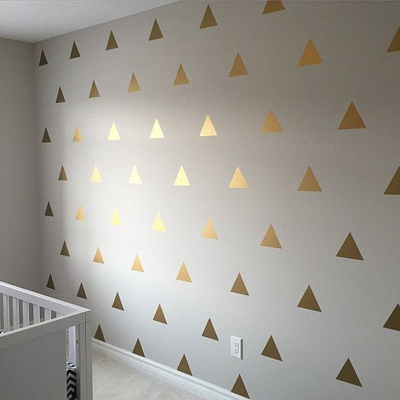 Wollen Sie eine schnelle Möglichkeit, einen großen visuellen Eindruck auf Ihre Wände zu machen? Unser Dreieck Aufkleber ist Ihr Ticket.  Jedes Dreieck