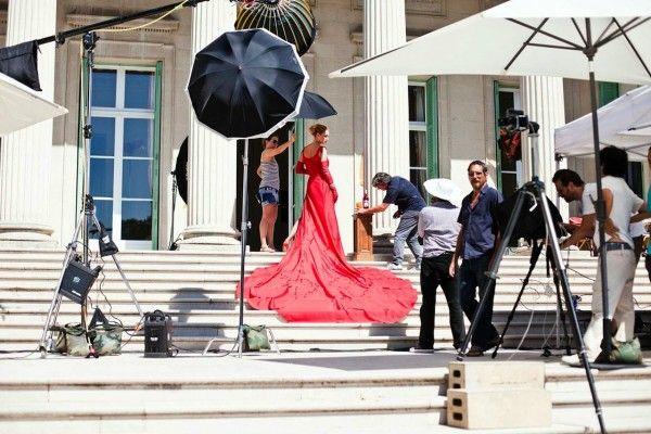 Een blik achter de schermen bij Uma Thurmans shoot voor Campari. In een rode jurk volgt zij actrices als Penélope Cruz, Salma Hayek en Jessica Alba op.