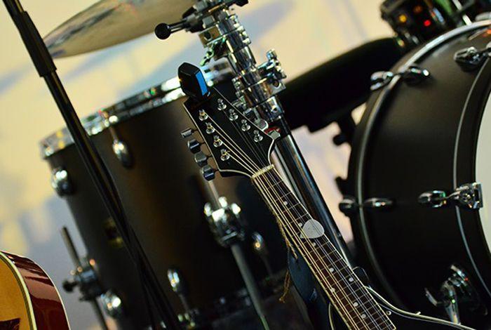 🎵🎶Na pewno każdy z nas ma jakąś ulubioną piosenkę, którą mógłby słuchać setki razy. Jeśli dużą część Twojego dnia wypełnia #muzyka to dlaczego nie miałaby ona też wypełnić #wnętrza Twojego #domu? Dzięki nam muzyka może też cieszyć Twoje oko.🎶🎵 🎵Nasza propozycja specjalnie dla fanów muzyki to dekoracje przedstawiające instrumenty muzyczne: #perkusja, #gitara, czy #pianino to tylko niektóre z nich. Zapraszamy do zapoznania się z całą ofertą dla melomanów…