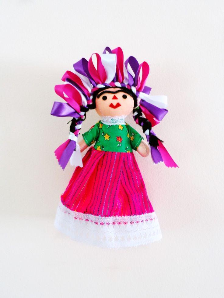 Boneca de pano feita com manta mexicana que tecemos aqui no Brasil em tear, com rendas e fitas ao estilo Frida Kahlo. Articulada nas pernas e braços.    ENVIO e PRAZOS: enviamos em até 3 dias após a confirmação do pagamento + o prazo dos Correios para sua cidade.    MEDIDAS APROXIMADAS ABAIXO: