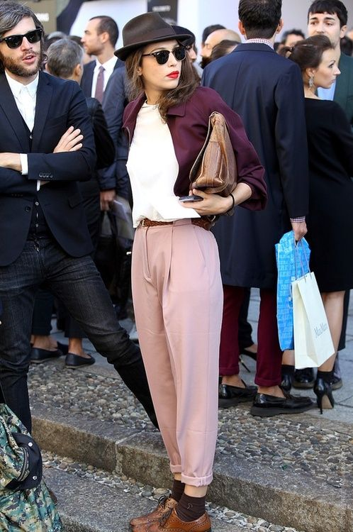 Sweet mix of the burgundy jacket over a white t-shirt and pastel ping dressy pants in oxford's mixing with the clutch. An outfit made of class but not classic.