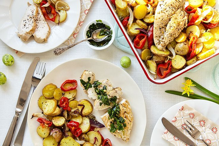 Gebakken kip met ovengroenten en kruidenolie: een perfect gerecht vanMarley Spoonvoor in het weekend. Je bakt…