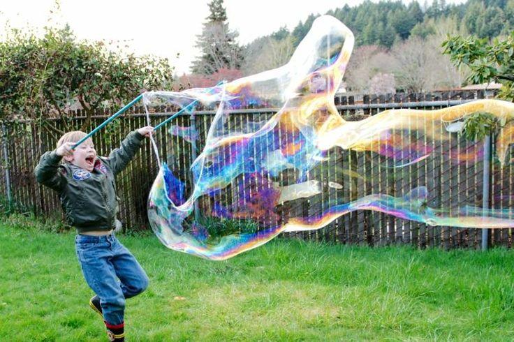 Die riesigen Seifenblasen sind eine tolle Möglichkeit, um mehr Zeit im Freien zu verbringen