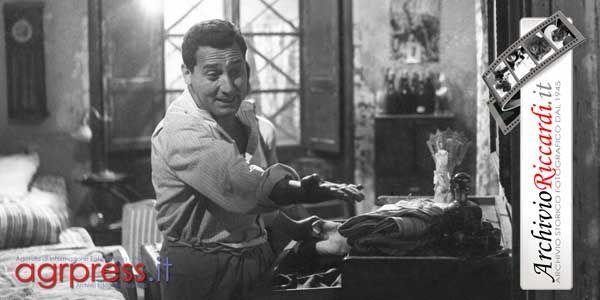 """Alberto Sordi, sul set del film """"Tutti a casa"""" del 1960 di Luigi Comencini - Foto Carlo Riccardi © www.archivioriccardi.it"""