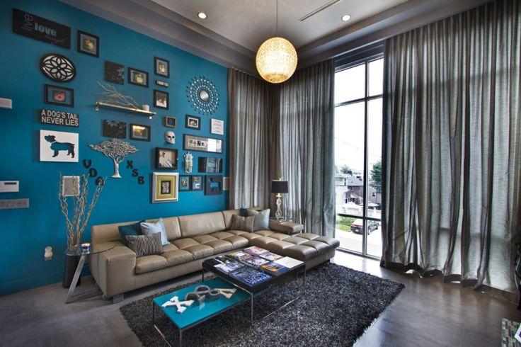 peinture salon bleu pétrole en contraste avec le canapé marron clair et les rideaux marron foncé