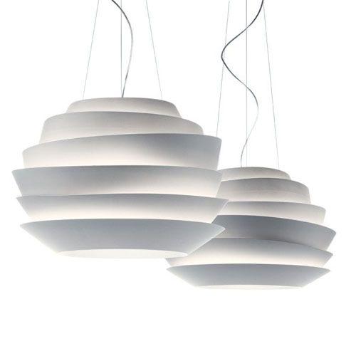 Lampe à suspension Le Soleil de Foscarini, réalisée en polycarbonate. Le matériau utilisé ne laisse pas percer la lumière, ce qui contribue à créer l'effet lumineux particulier de Le Soleil: des faisceaux de lumière se diffusant vers le haut et une illumination directe vers le bas. Retrouvez ce produit sur Voltex.fr.
