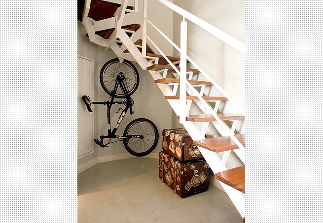 """""""O espaço embaixo da escada é aproveitado para guardar a bicicleta, pendurada em um suporte  Edu Castello / Casa e Jardim"""""""