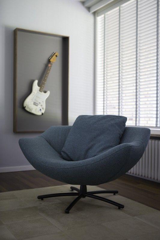 De Gigi van Label is een royale fauteuil met vele zitmogelijkheden. De 'zitschelp' is bijzonder vormgegeven en maakt dit meubel een echte blikvanger. Gestoffeerd in blauwe Divina van Kvadrat.