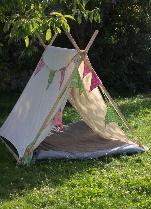 On prolonge les vacances… Les pieds dans l'herbe ! Car ce n'est pas parce que les adultes doivent reprendre le travail que cela doit annoncer la fin du farniente pour les enfants ! Pour qu'il y ait encore un air de vacances à la maison, nous leur avons fabriqué une petite tente. Et dès …