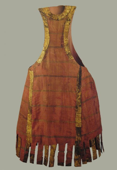 Pellote de Enrique I (1204-1217). Taffeta and brocade Silk fibers and yarns gimped in gold. Gold plated leather. Source link Burgos Museum. Look under Museo de telas medievales
