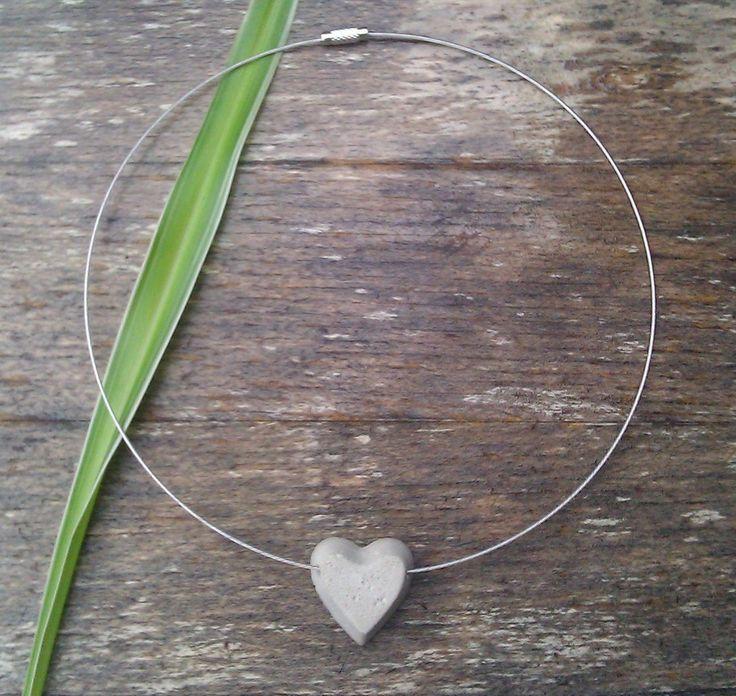 Ein Herz aus BETON in Verbindung mit einem Halsreif.