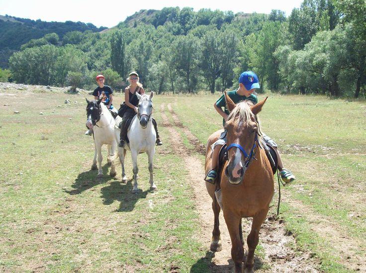 Passeggiate a cavallo a Ovindoli , nota stazione sciistica, in provincia dell'Aquila,  all'interno del parco naturale del Sirente - Velino, sulle pendici del monte Magnola. .