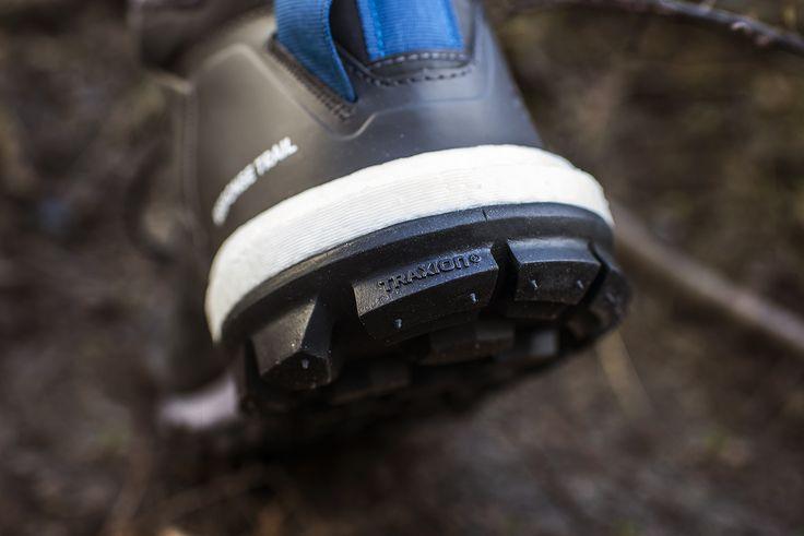 ADIDAS RESPONSE TRAIL BOOST mimo licznych krytyk dotyczących wyglądu, szybko stały się ulubieńcem wśród biegaczy przemierzających trailowe trasy🏃🌲. W nowej odsłonie zmianie uległa cholewka zapewniając jeszcze lepsze dopasowanie.