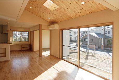 南向きの窓と勾配天井のトップライトから沢山の光が注ぎ込みます。|リビング|勾配天井|自然素材|