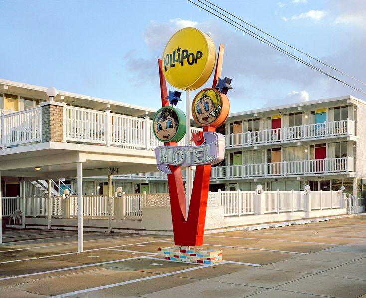 ニュージャージー州ワイルドウッドは定番のリゾート地で、夏になると多くの人が色とりどりのモーテルに宿泊していく。でも、夏が過ぎるとこうしたモーテルはどうなっているのだろうか? 写真家、タイラー・ホーヒーが写し取った「季節外れ」のモーテルは、夏