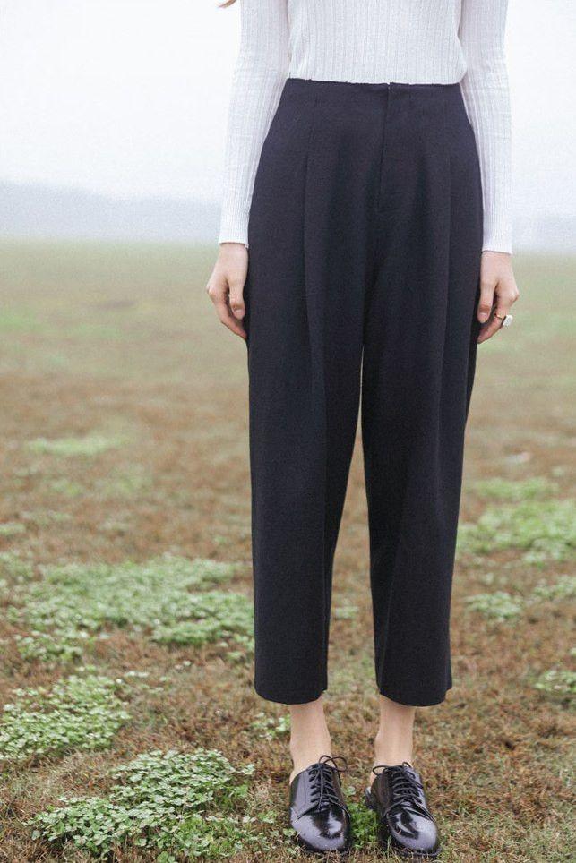 "Size + Fit: - Mid-high waist - Front zipper, side pockets - US Size: XS-0 / S-2 / M-4 - EUR Size: XS-32 / S-34 / M-36 - Length: 34.3"" / 87cm - Waist: 26.8"" / 68cm - Model is wearing size small - Measu"