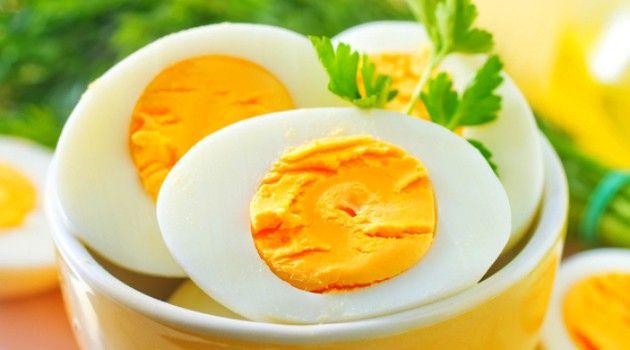 Truque genial para descascar ovos cozidos ainda quentes: nem é preciso encostar neles