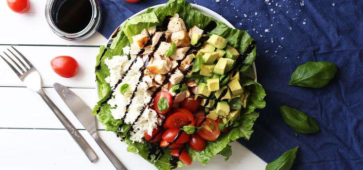 Kjøp Capresesalat med kylling og avocado og resten av ukeshandelen med ett klikk! En rask og enkel salat med tomat, kylling, mozzarella og avocado. Servert med en enkel balsamicodressing er dette en skikkelig god salat.