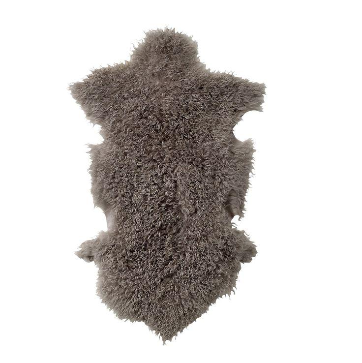 #Alfombra #color #gris claro de piel de #cordero.Piel del cordero en color gris que podrás colocar en el #sofá. Un complemento #decorativo para las frías tardes de #invierno. ¡Con #Olhom todos los envíos son #gratuitos!
