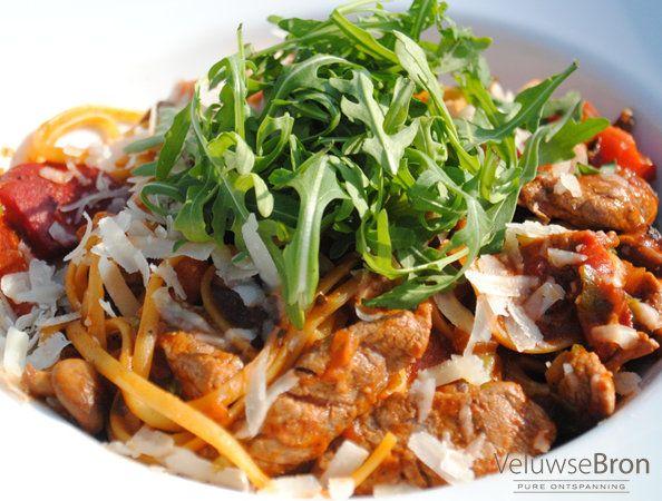Pasta Linguini met biefstukreepjes, Arrabiata saus en Shi-itaki, bosui, gegrilde paprika en een licht pittige  saus van zongerijpte tomaten #culinair #genieten #sauna #wellness
