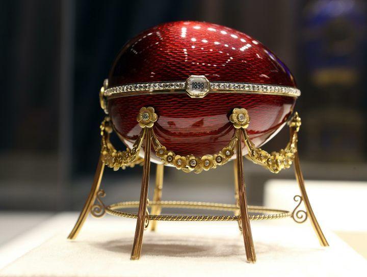 Pierwsze jajko wielkanocne powstało w 1884 na zlecenie Aleksandra III, który chciał zrobić prezent swojej żonie Marii. Po śmierci Aleksandra III jego syn, Mikołaj II, kontynuował tradycję zamawiania jednego jajka na Wielkanoc.