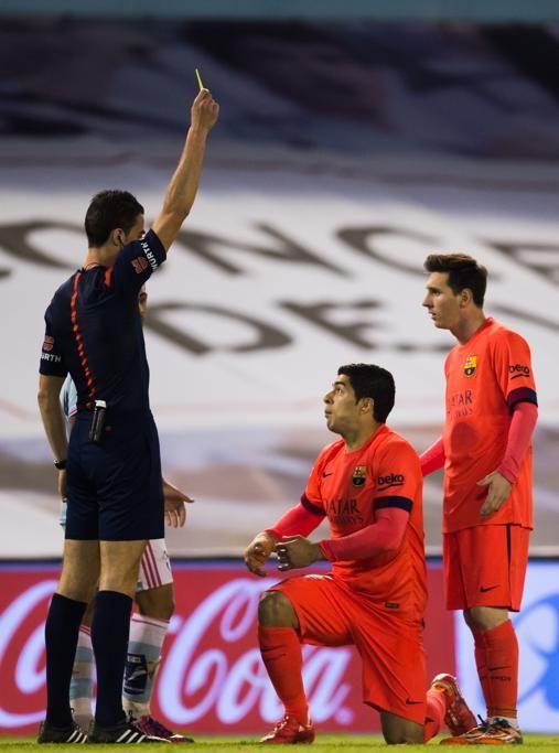 El árbitro Inaki Vicandi Garrido le muestra tarjeta amarilla a Luis Suárez.