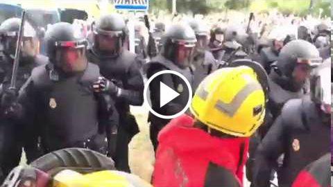 La policía nacional expulsa violentamente a los bomberos de la Generalitat  http://www.ledestv.com/es/noticias/noticias-de-espana/video/enfrentamientos-entre-la-policia-nacional-y-los-bomberos-de-la-generalitat/3930