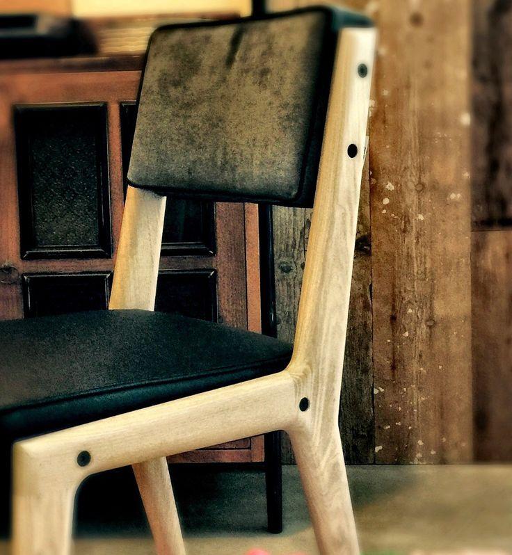Custom Chair con struttura in frassino sbiancato, seduta in sky e schienale in velluto con bordino. Possibilità di personalizzare ogni elemento. Disponibile con struttura in faggio, frassino, rovere e metallo.