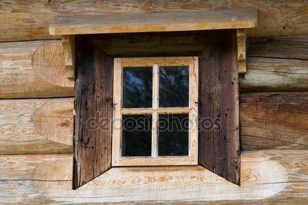 Okna drewniane w starych domach w północnej Rosji. Piękne ramki. Rzeźby w drewnie. Tradycyjne obudowy drewno budowlane — Obraz stockowy #76908035