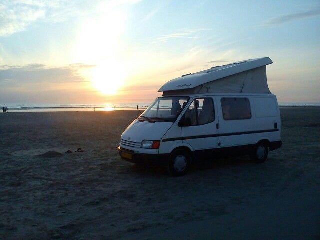 Met de camper bus op het auto strand van Denemarken