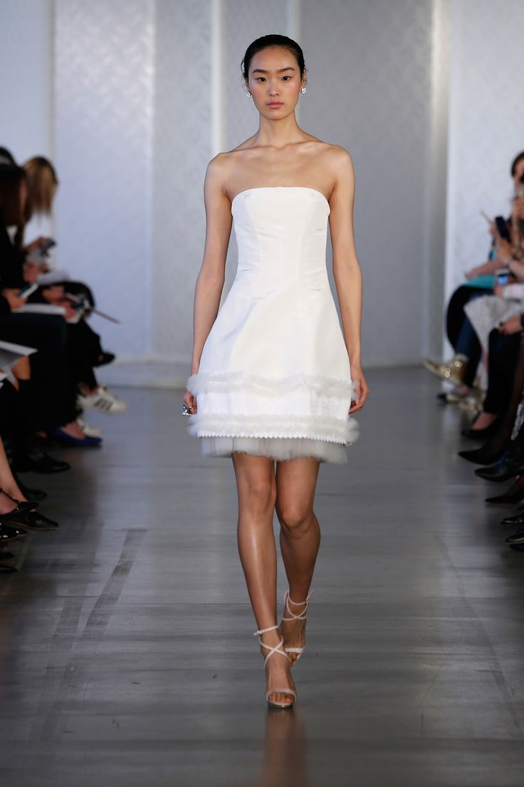 Oscar de la Renta... Ok, I normally like this designer, but come on, she looks like a lamp shade... :)