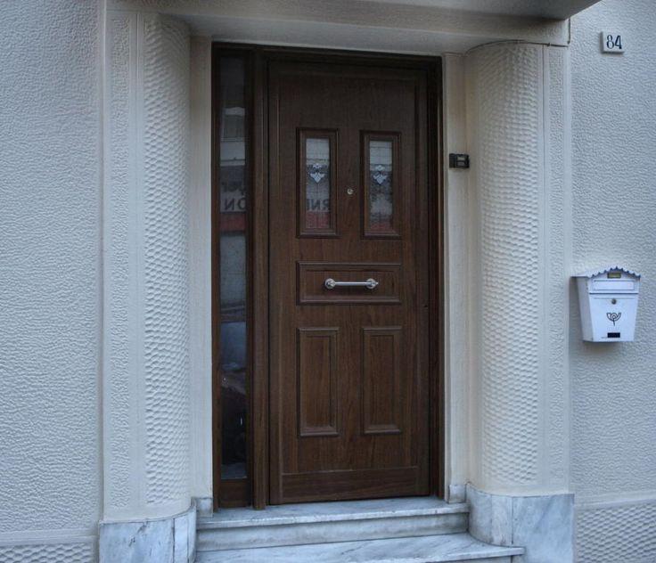 Πόρτες Αλουμινίου | Λιάγγης | Δάφνη Υμηττός  Πόρτα αλουμινίου με διακοσμητικές ασφάλειας,πλαϊνό σταθερό σε χρώμα απομίμησης ξύλου.
