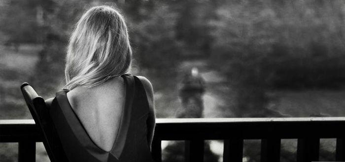 Uneori pur și simplu obosești să mai explici unui om cât ți-e de drag. Atunci tot ce îți mai rămâne e să te ridici și să pleci