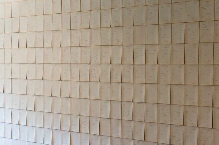 Cada página tiene el texto borrado con blanqueador excepto por los nombres propios, que en esta novela son multitud. La acumulación de nombres, en ocasiones muchos por página, da la dimensión de las interacciones humanas en la novela, y es en cierto modo otra versión, más universal, de la compleja trama de relaciones presentes en Muro de familia, el árbol discontinuo de una genealogía muy personal. | Juan Lealruiz: Árbol Genealógico